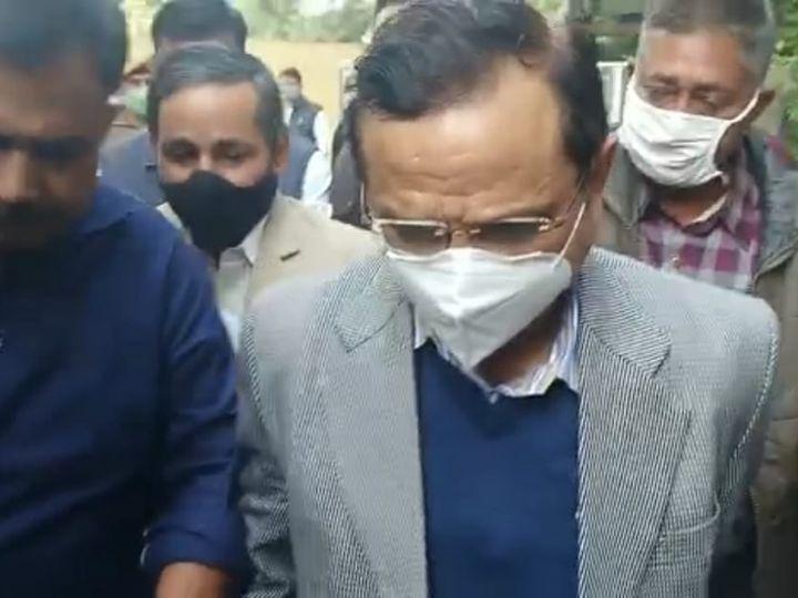 गुरुवार को कोर्ट में पेशी के दौरान कैमरे से मुंह छिपाते रहे पूर्व कलेक्टर इंद्र सिंह राव। - Dainik Bhaskar