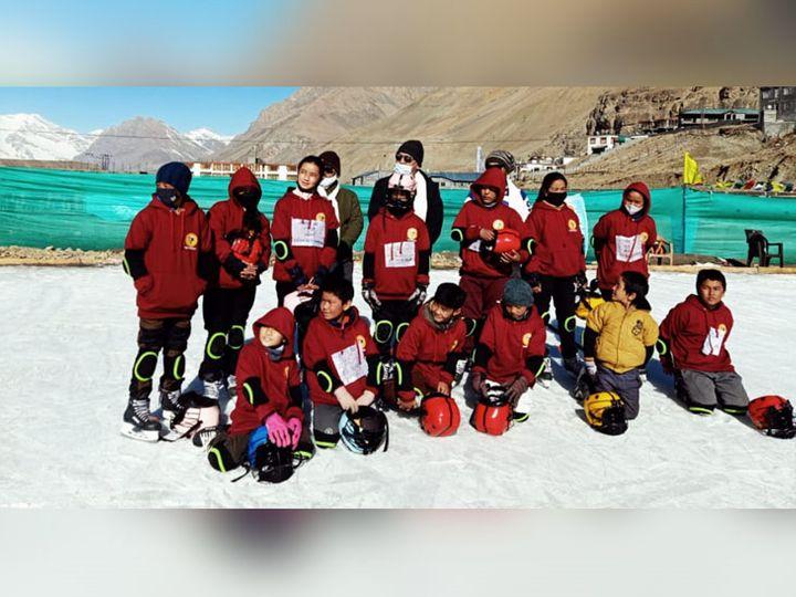 कुल्लू में आइस हॉकी के बेसिक कैंप में वयन के बाद गुलमर्ग रवाना होने से पहले 15 प्रतिभागी लड़के-लड़कियां एक साथ। - Dainik Bhaskar