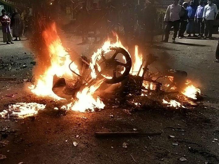 तृणमूल कांग्रेस के कार्यकर्ता की हत्या के बाद हावड़ा में जमकर तोड़फोड़ की गई। मौके पर TMC कार्यकर्ताओं ने गाड़ियों में भी आग लगा दी। - Dainik Bhaskar
