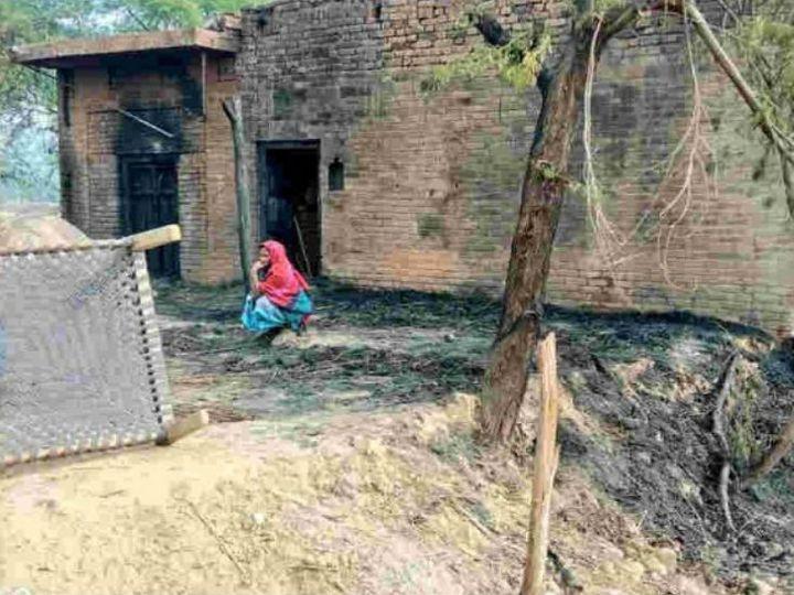 शनिवार रात यहां कुछ लोगों ने घर का दरवाजा बाहर से बंद कर घर में आग लगा दी थी। परिवार के मुखिया ने पीछे का दरवाजा तोड़कर अपनी और बच्चों की जान बचाई। - Dainik Bhaskar