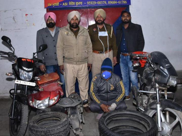 स्पेशल ऑपरेशन यूनिट की टीम के साथ पकड़ा गया चोर व उससे बरामद सामान। - Dainik Bhaskar