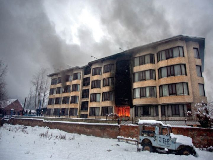 होटल में लगी आग,  फोटो: आबिद भट - Dainik Bhaskar