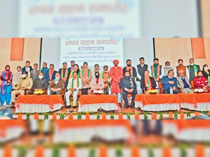 पीडब्ल्यूडी के रेस्ट हाउस के सभागार में शपथ लेने के बाद विधानसभा अध्यक्ष ज्ञान चंद गुप्ता के साथ नगर निगम के मेयर कुलभूषण और अन्य पार्षद। - Dainik Bhaskar