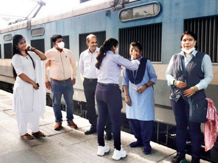 पहली बार किसी ट्रेन को पूरी तरह महिला क्रू ने ऑपरेट किया। इस मौके पर मालगाड़ी की तीनों क्रू मेंबर्स का सम्मान किया गया। - Dainik Bhaskar