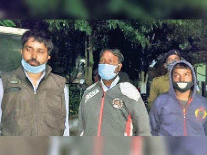 गिरफ्तार तीनों अभियुक्त। - Dainik Bhaskar