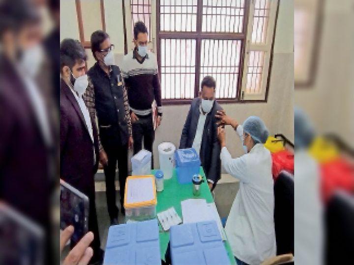 वैक्सीनेशन रूम में लगा इंजेक्शन - Dainik Bhaskar