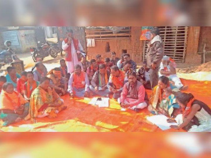 फतेहपुर में धरना देते भाजपाई। - Dainik Bhaskar