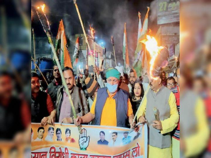 कांग्रेस द्वारा आयोजित मशाल जुलूस में राज्य के कृषि मंत्री बादल। - Dainik Bhaskar