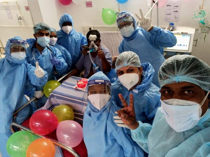 पुणे के मावल स्थित पवना हॉस्पिटल के डॉ मरीज संग सेल्फी खिंचवाते हुए। - Dainik Bhaskar