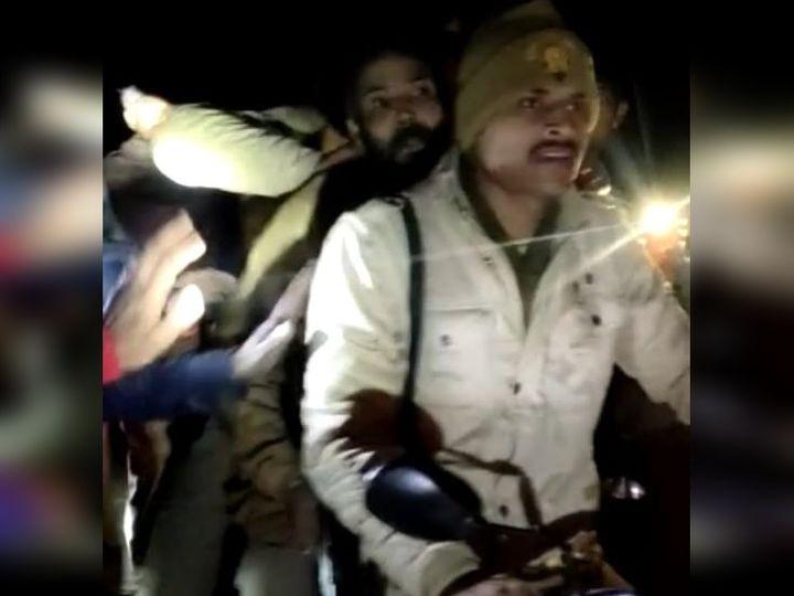 मुख्य आरोपी पुजारी सत्यनारायण को ले जाती पुलिस। बाइक के बीच में बैठा दाढ़ी वाला ही सत्यनारायण है। - Dainik Bhaskar