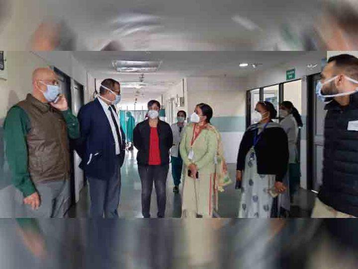 शहर में आज वैक्सीन ड्राई रन का आयोजन किया गया। सेक्टर-45 अस्पताल में पहुंचे डॉक्टर। फोटो लखवंत सिंह - Dainik Bhaskar