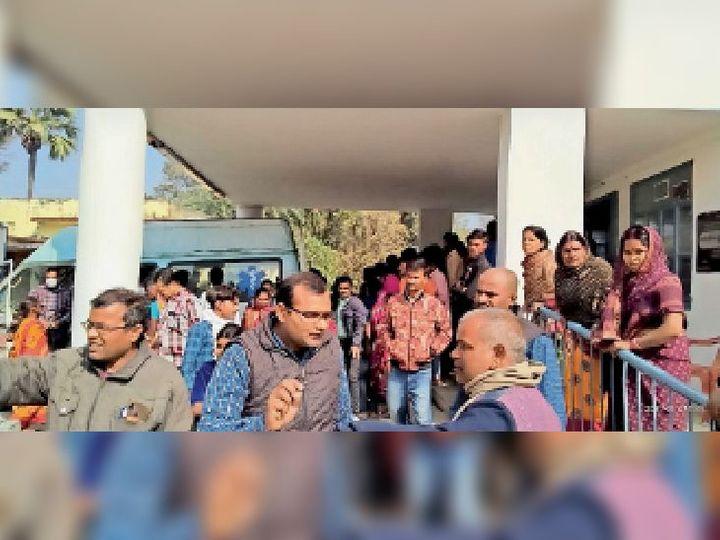 छात्रा के सड़क हादसे में घायल होने बाद असप्ताल में लगी भीड़। - Dainik Bhaskar