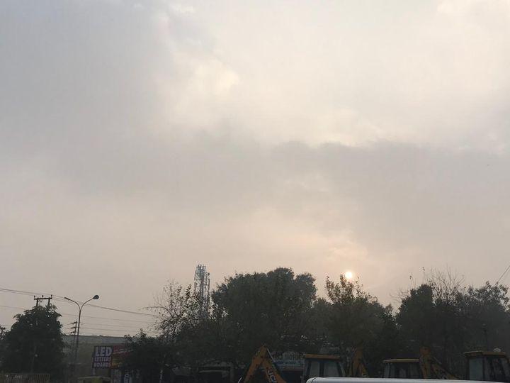 जालंधर में शुक्रवार की सुबह बादलों व सूर्य के बीच आंख-मिचौली चलती रही। - Dainik Bhaskar
