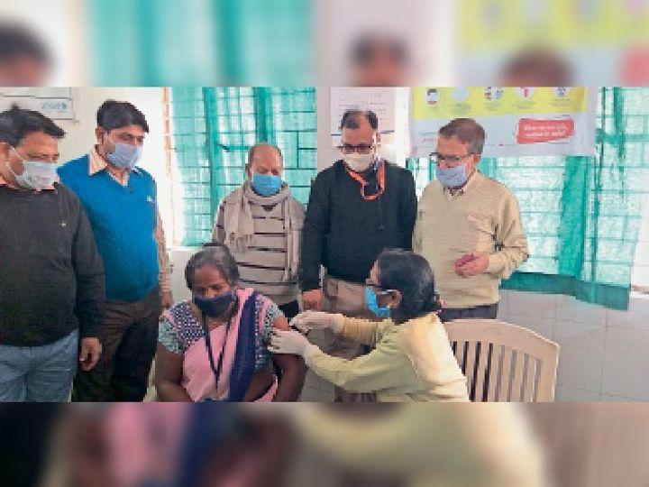 शुक्रवार को सीएस की मौजूदगी में वैक्सीनेशन करतीं एएनएम। - Dainik Bhaskar