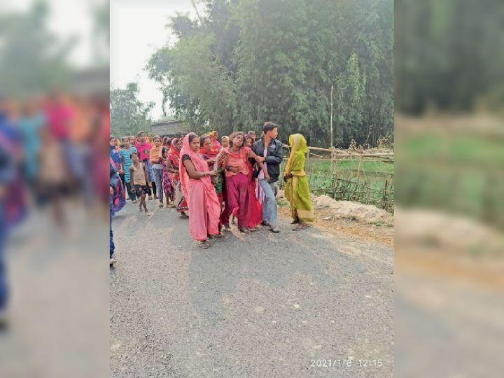 शव मिलने के बाद रोते परिजन व मौजूद गांव वाले। - Dainik Bhaskar