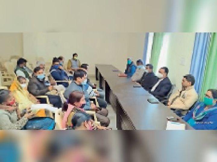 बैठक में उपस्थित पदाधिकारी। - Dainik Bhaskar