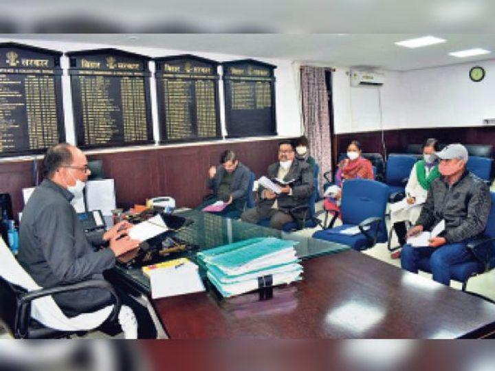 धान अधिप्राप्ति की समीक्षा बैठक करते डीएम चंद्रशेखर सिंह। - Dainik Bhaskar