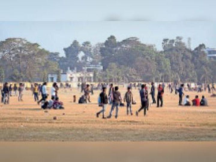 धूप खिली तो दोपहर में ही सैंडिस में लोग खेलने पहुंचे। - Dainik Bhaskar