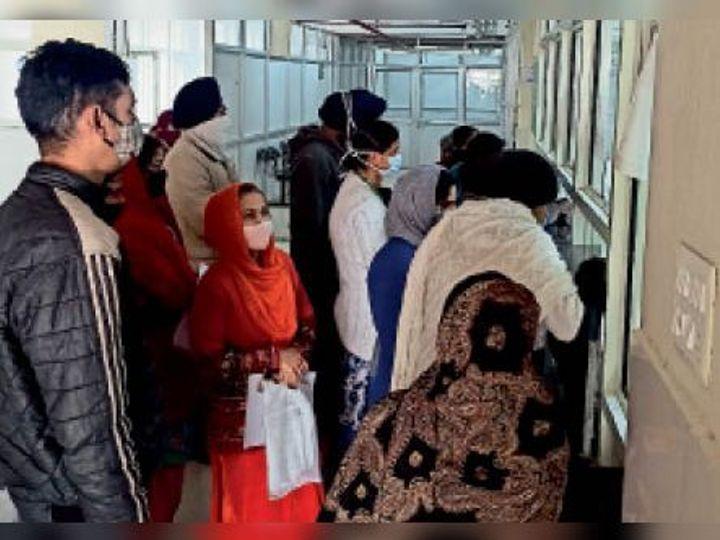 हॉस्पिटल में सोशल डिस्टेंसिंग जैसे नियमों की धज्जियां उड़ाई जा रही हैं। - Dainik Bhaskar