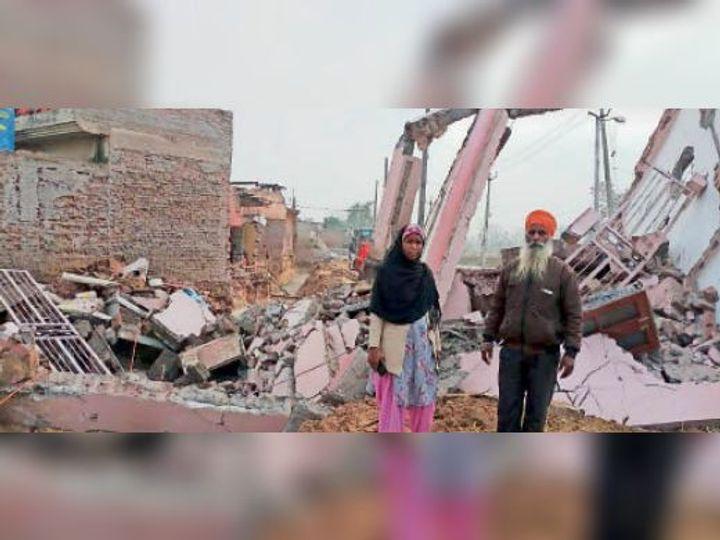खानपुर का निवासी अजमेर सिंह अपने गिराए गए मकान को दिखाते हुए। - Dainik Bhaskar