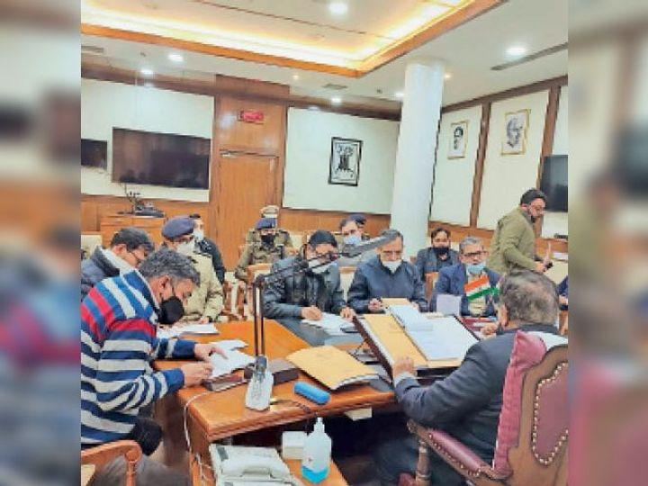 चंडीगढ़ में अधिकारियों के साथ बैठक करते विधानसभा अध्यक्ष ज्ञानचंद गुप्ता। - Dainik Bhaskar
