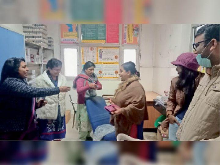 गोहाना. सिविल अस्पताल में निरीक्षण कर व्यवस्थाओं का जायजा लेती कार्यकारी एसएमओ डॉ. रीटा गोयल। - Dainik Bhaskar