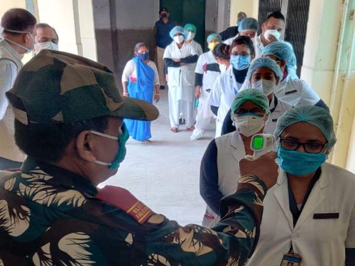 PMCH में डॉक्टर और नर्स का बुखार जांचते गार्ड। - Dainik Bhaskar