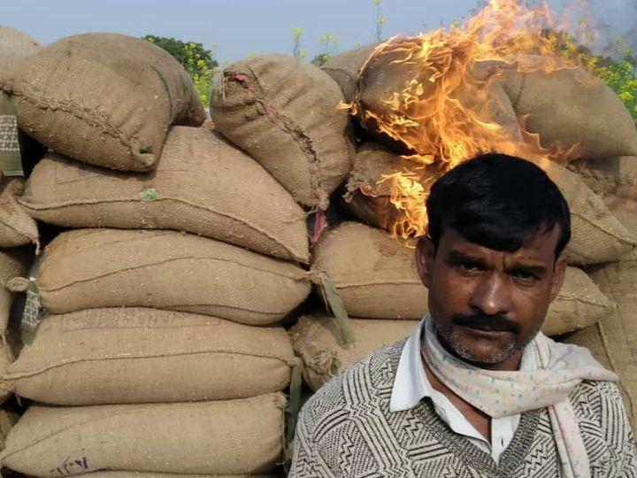 खरगपुर निवासी किसान वीरेंद्र सिंह का 10 दिन बीत जाने के बाद भी तौल के लिएनंबर नहीं आया तो उसने फसल को लगाई आग। - Dainik Bhaskar
