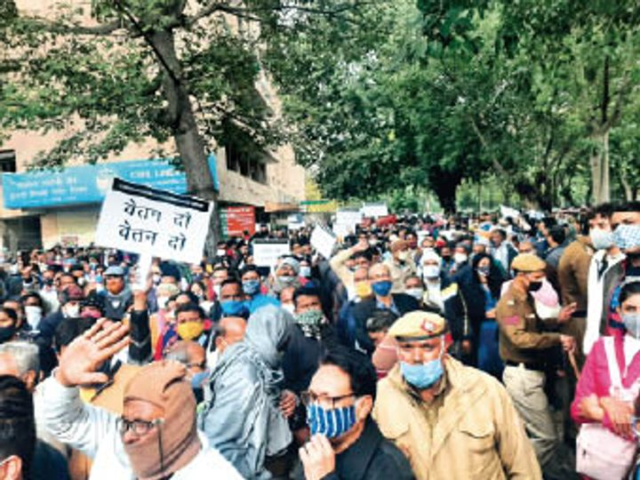 वेतन व पेंशन की मांग को लेकर एलजी हाउस पर प्रदर्शन करते हुए निगम कर्मी - Dainik Bhaskar