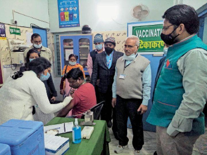 बेगूसराय सदर अस्पताल में कोविड वैक्सीन को लेकर आयोजित मॉकड्रिल का निरीक्षण करते डीएम। - Dainik Bhaskar