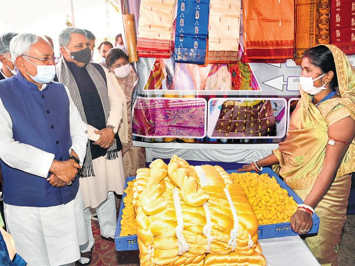 पूर्णिया में जीविका के कार्यक्रम में रेशम से बने उत्पादों के स्टॉल का मुआयना करते सीएम। - Dainik Bhaskar
