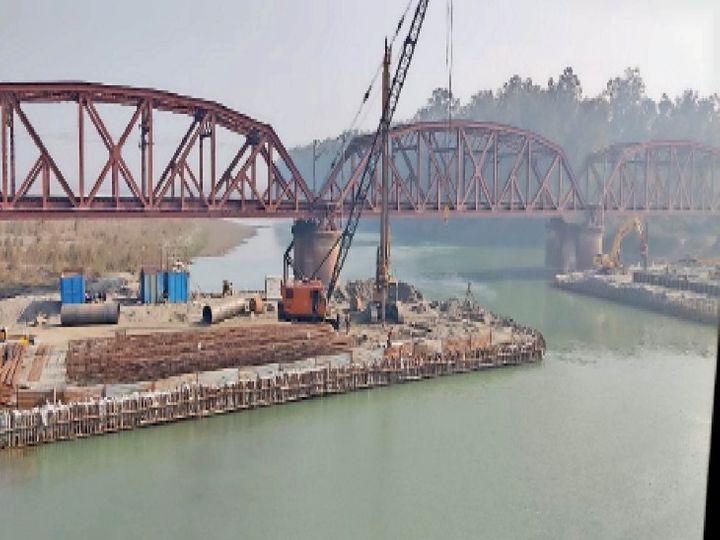 यमुना नदी पर फ्रेट कॉरिडोर लाइन के लिए बनाए पुराने ब्रिज के साथ बनाया जा रहा नया ब्रिज। - Dainik Bhaskar