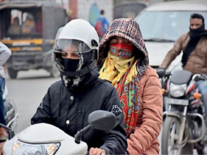 शहर में कड़ाके की सर्दी पड़ रही है। दुपहिया वाहन चालकों को ज्यादा परेशानी हुई। - Dainik Bhaskar