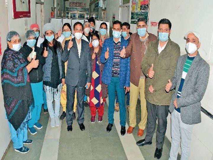 सिविल अस्पताल में वैक्सीनेशन की ड्राई रन सफलतापूर्वक पूरी करने को सेलिब्रेट करते चिकित्सक। - Dainik Bhaskar
