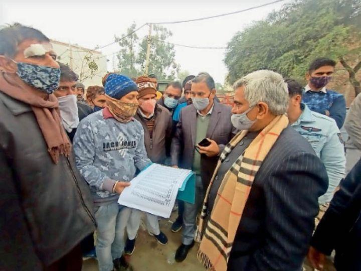 अधिकारियों से बातचीत करत पूर्व मंत्री ग्रोवर। - Dainik Bhaskar
