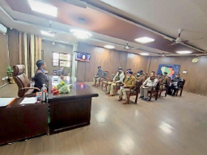 नारनौल में जिले में 9 जनवरी को होने वाली ग्राम सचिव की परीक्षा की तैयारियों की समीक्षा करते एसपी। - Dainik Bhaskar