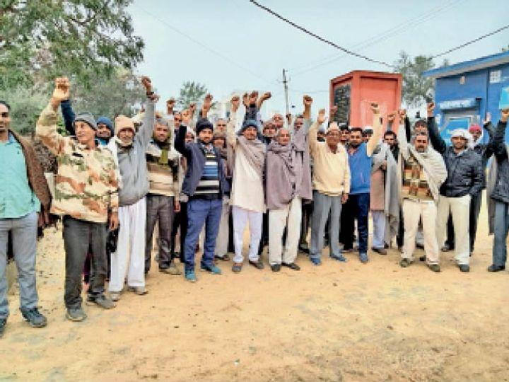 महेंद्रगढ़।  रोडवेज बस सेवा बहाल नहीं करने के विरोध में गागडवास-बचीनी बस स्टैंड पर नारेबाजी करते ग्रामीण। - Dainik Bhaskar