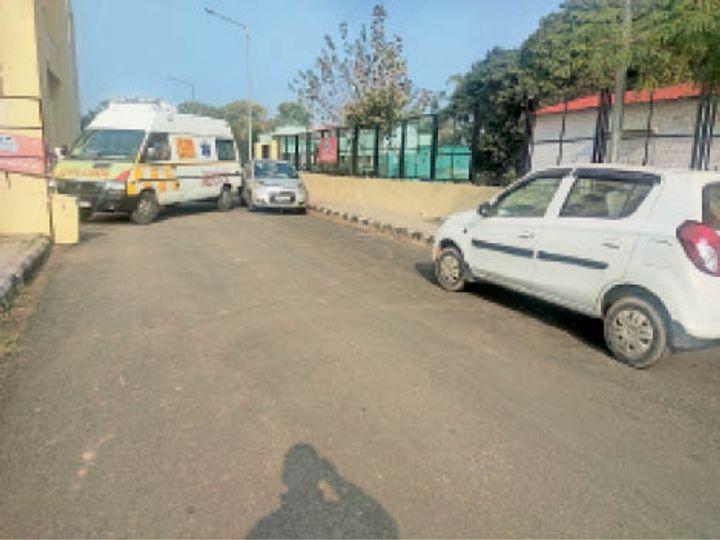 गाड़ियों के बीच में फंसी एंबुलेंस। - Dainik Bhaskar