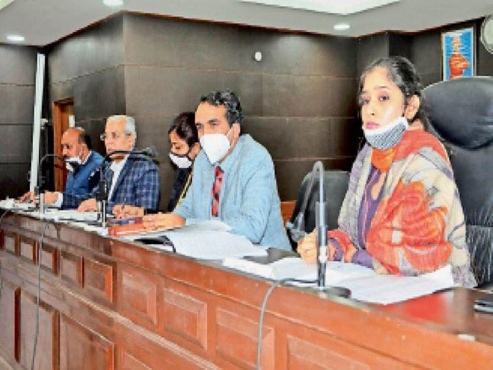 निगम हाउस की मीटिंग में मौजूद मेयर अवनीत व अन्य। - Dainik Bhaskar