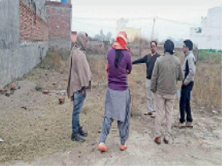 घटनास्थल पर जांच करते सीडब्ल्यूसी सदस्य व पुलिस। - Dainik Bhaskar