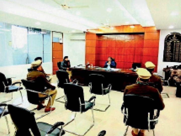 ट्रैफिक व्यवस्था को लेकर एसपी ने अफसरों के साथ की मीटिंग। - Dainik Bhaskar