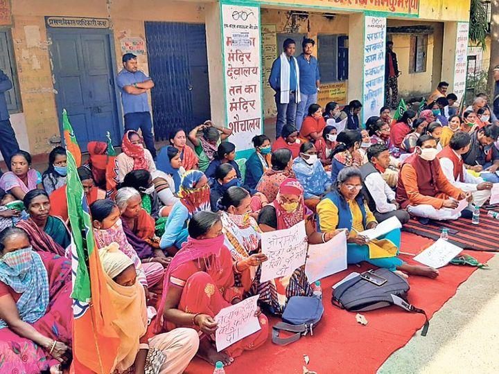 नामकुम प्रखंड कार्यालय के समक्ष धरने पर बैठीं महिला मोर्चा की कार्यकर्ता। - Dainik Bhaskar