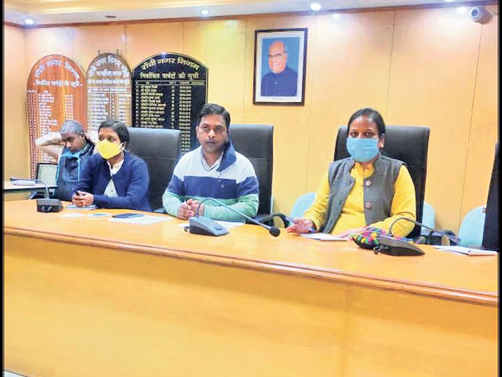 सुपरवाइजर के साथ बैठक करती हेल्थ ऑफिसर डॉक्टर किरण - Dainik Bhaskar