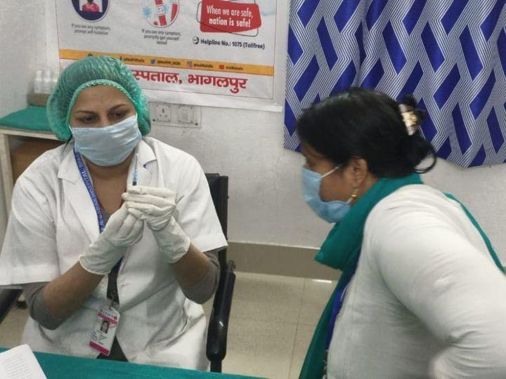 भागलपुर में कोविड वैक्सीनेशन के ड्राई रन के दौरान डेमो में शामिल स्वास्थ्यकर्मी। - Dainik Bhaskar