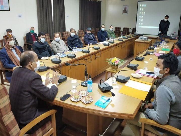 धर्मशाला के कैबिनेट सभागार में मुख्यमंत्री ठाकुर ने बर्ड फ्लू की रोकथाम की तैयारियों की समीक्षा बैठक की अध्यक्षता की। - Dainik Bhaskar