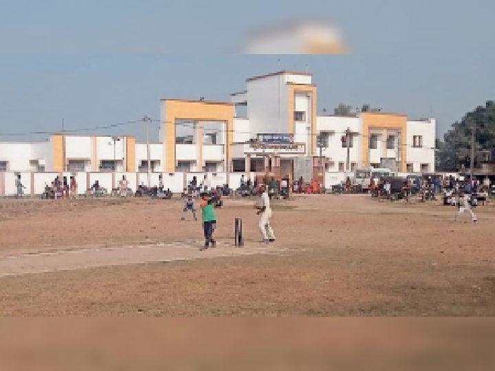 बछवाड़ा प्रखंड कार्यालय मैदान में क्रिकेट खेलते खिलाड़ी। - Dainik Bhaskar