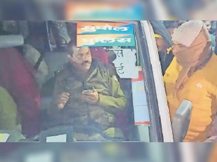 आरोपी दारोगा को गिरफ्तार कर पेशी के लिए कोर्ट ले जाती पुलिस। - Dainik Bhaskar