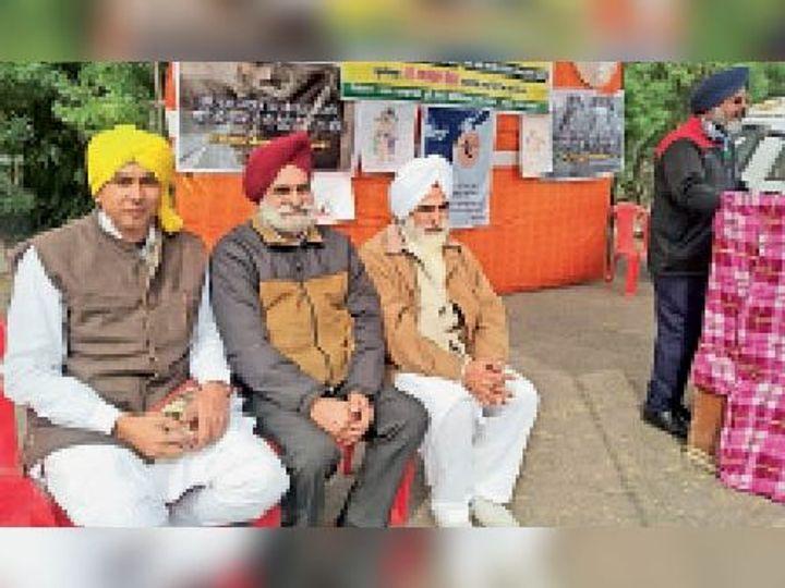 सिरसा| शहीद भगत सिंह स्टेडियम में आयोजित कार्यक्रम में उपस्थित जगमोहन सिंह और उपस्थित किसान। - Dainik Bhaskar