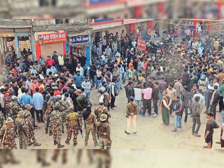 माेबाइल व्यवसायी की हत्या के बाद शुक्रवार काे माेतीझील-कल्याणी में बाजार बंद करा कर प्रदर्शन करते कारोबारी और तैनात पुलिस बल। - Dainik Bhaskar