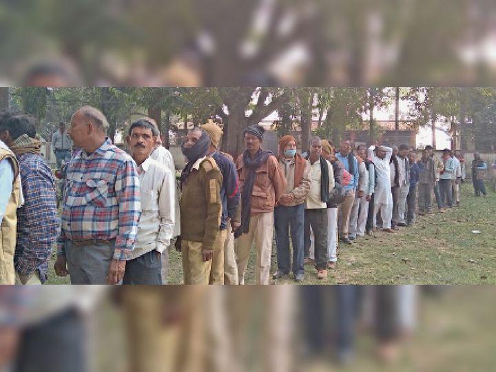 मतदान के लिए कतार में लगे होमगार्ड। - Dainik Bhaskar